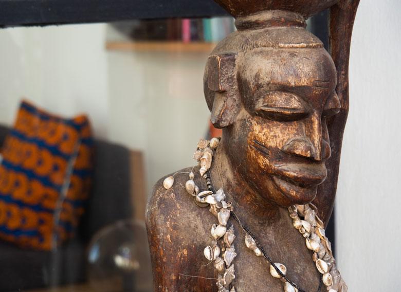 estatua-africana-espacios-exteriores-siki-hotel