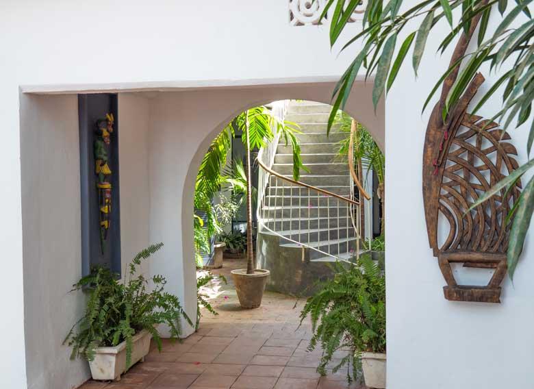 acceso-figura-madera-restaurante-siki-rio
