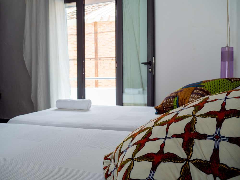 siki-hotel-habitacion-detalle-balcon-cojines